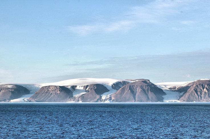 Das Gebiet Nordwestgrönlands ist unbewohnt wild. Der Eisschild reicht an vielen Orten bis an die